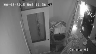 Неизвестные вкрывают дверь в офис Комитета против пыток в Грозном, 3 июня 2014 г.