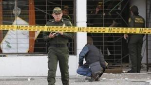 Des policiers face au bâtiment de Porvenir, où s'est produit un attentat, le 2 juillet 2015 à Bogota en Colombie.