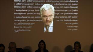 کنفرانس خبری بنیانگذار ویکیلیکس از طریق ویدئو.  جمعه ١٦بهمن/ ۵ فوریه ٢٠١٦