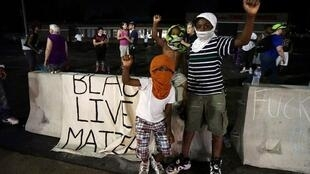 Le slogan « Les vies noires comptent » est devenu le cri de ralliement de ceux qui protestent contre la mort violente de jeunes Afro-Américains.