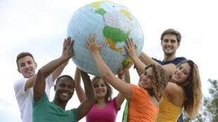 Por ocasião do 30.º aniversário do Erasmus, a Comissão Europeia oferece novas oportunidades para os jovens viajarem e descobrirem a Europa.