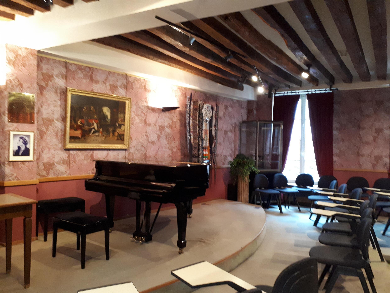 El auditorio de la casa natal de Debussy.