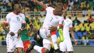 Préjuce Nakoulma, entouré de ses camarades de l'équipe de football du Burkina Faso à la CAN 2017.