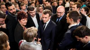 Le président français Emmanuel Macron échange avec les agriculteurs invités à l'Elysée, le 22 février 2018. A ses côtés, Jérémy Decerle, président des Jeunes Agriculteurs (g), et le ministre de l'Agriculture Stephane Travert (d).