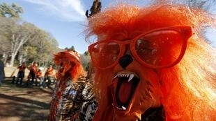 Un hincha holandés ruge con una máscara de un león en Pretoria, el 14 de junio.