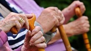 图为网络关于人口老化与缺乏劳动力的报导图片
