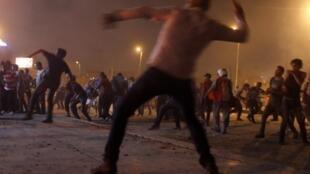 Choques de manifestantes anti y pro Mohamed Morsi en los alrededores de la plaza Tahrir