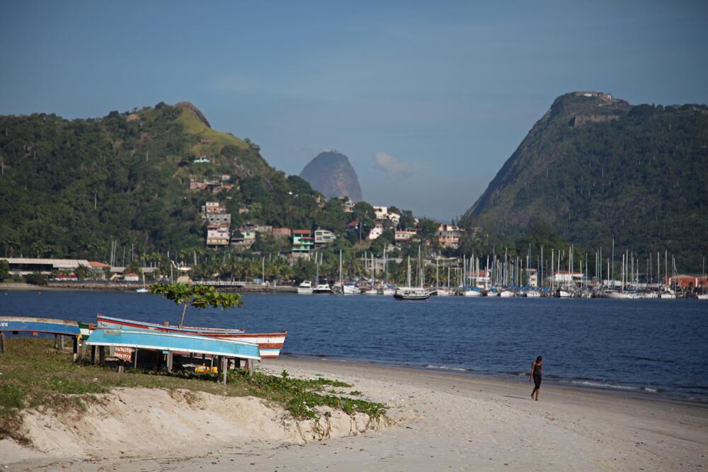 Dans la baie de Guanabara, les plages sont infréquentables. L'eau est trop polluée pour s'y baigner. On peut simplement s'y promener.