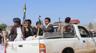 Des rebelles Houthis patrouillent, le 2 août, dans la ville de Saada, dans le nord du Yémen.