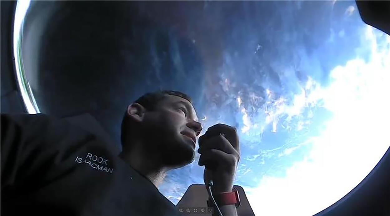 Komandan Inspiration4 Jared Isaacman berkomunikasi sambil melihat keluar jendela observasi di kapsul SpaceX