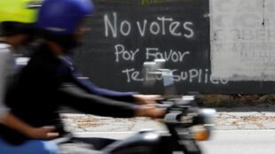 Khẩu hiệu kêu gọi không bỏ phiếu trên đường phố Caracas, thủ đô Venezuela.