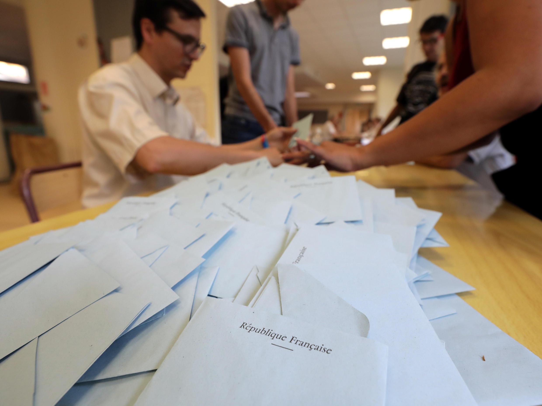 On procède au dépouillement dans un bureau de vote de Nice.