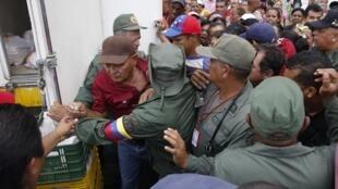 Cohue entre clients et sécurité dans la file d'attente d'un Mega-Mercal, un marché tenu par l'Etat, à Caracas, le 24 janvier.