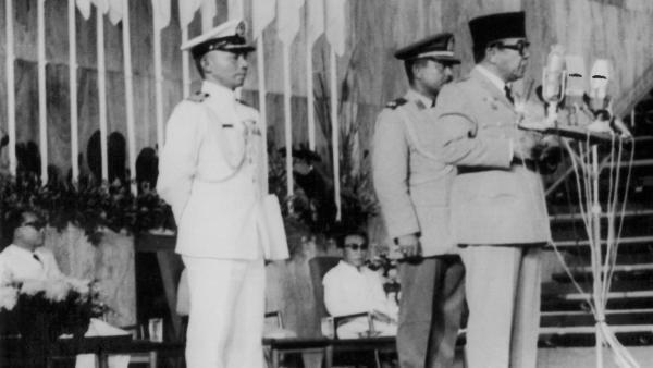 Le président indonésien, Soekarno prononce le discours d'ouverture de la conférence de Bandung, le 21 avril 1955.