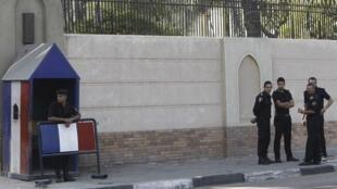 Embaixada da França no Egito sob proteção policial depois que o governo francês decidiu fechar suas representações diplomáticas em 20 países após charges de Maomé.