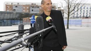 El ministro griego de finanzas, Yanis Varoufakis, se expresa ante los medios fuera de la sede del BCE, Frankfurt, 4 de febrero de 2015.