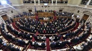 La loi sur l'audiovisuel privé adoptée par le Parlement grec dans la nuit de samedi à dimanche était une promesse électorale d'Alexis Tsipras.