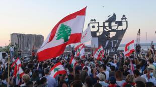 صدها نفر روز شنبه در بیروت پایتخت لبنان به مناسبت سالگرد اعتراضات گسترده به بحران اقتصادی به خیابانها آمدند.