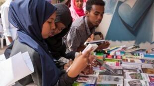 Une jeune somalienne à la foire du livre d'Hargeisa, en Somalie le 21 juillet 2018 (photo d'illustration).