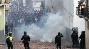 厄瓜多尔示威民众与警方对峙  2019年10月8日基多