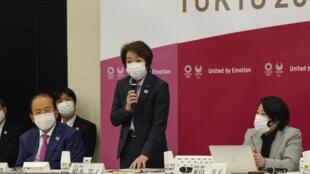 Le comité d'organisation des JO de Tokyo dirigée par Seiko Hashimoto (c), ici en réunion le 22 mars 2021, a décide d'exclure des spectateurs