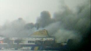 Reprodução de vídeo mostra a embarcação Norman Atlantic em chamas na costa oeste da Grécia neste domingo (28).