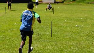 Des jeunes gens jouant au cricket.