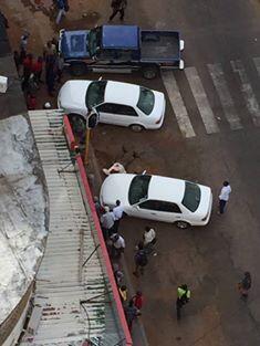 Gilles Cistac junto do veículo no qual se preparava para entrar quando foi alvo de disparos por parte de 4 desconhecidos