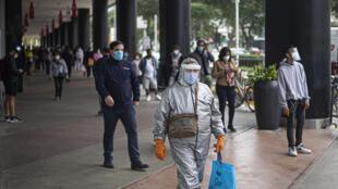 La gente espera para ingresar a un centro comercial en Lima, el 22 de junio de 2020, en medio de la pandemia de coronavirus