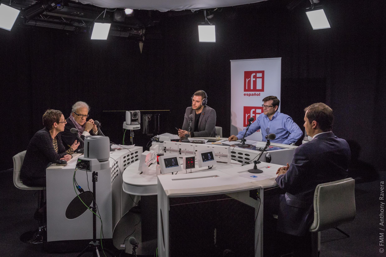 Anne Louyot, Jean-Marie Lemogodeuc y Gaspard Estrada con los periodistas Carlos Herranz y Asbel López.