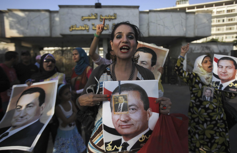 Des partisans de l'ancien raïs célèbrent la sortie de prison de ce dernier, le 22 août au Caire.