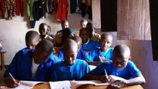 Des enfants rwandais dans une salle de classe.