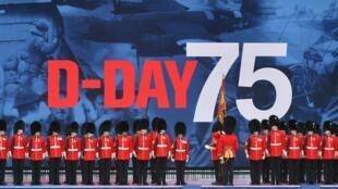 """گارد سلطنتی بریتانیا، در اولین روز برگزاری مراسم هفتادوپنجمین سالگرد آغاز اعزام نیرو به نُرماندی که در روز چهارشنبه ١۵ خرداد/ ۵ ژوئن ٢٠۱٩ در """"پورتسموث"""" در جنوب انگلستان برگزار شد.."""
