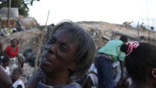 Tour à tour, les gouvernements annoncent l'envoi de secours, mais il faudra encore quelques heures pour que ceux-ci soient opérationnels.