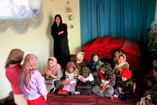Une classe clandestine de jeunes filles au domicile de l'enseignante durant les années où les talibans étaient au pouvoir en Afghanistan (1996-2001).