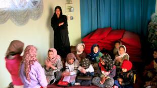 Une classe clandestine de jeunes filles durant les années où les talibans étaient au pouvoir en Afghanistan (1996-2001).