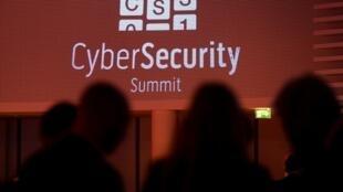 德國波恩舉行網絡安全峰會,討論網絡間諜、網絡襲擊、國際間協調合作等問題.2013年11月11日