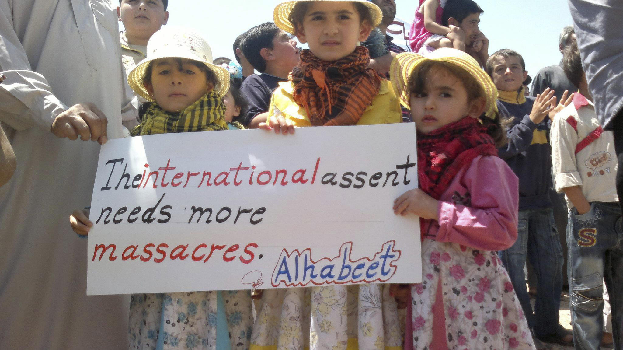 Crianças participam de manifestação contra o presidente Bashar al-Assad perto da cidade de Idleb, na última sexta-feira (08.06.12).