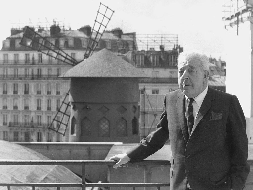 """،ژاک پرهور  """"Jacques Prévert"""" در نزدیکی کاباره مولنروژ، در منطقهٔ ۱۸ پاریس، سال ۱۹٧٧"""