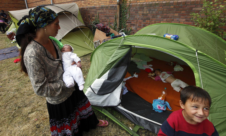 Expulsés de leur camp de Villeneuve-d'Ascq, les Roms ont trouvé refuge sous des tentes. Lille, le 21 août 2012.