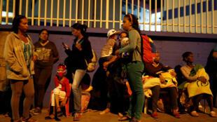 Gente evacuada tras el terremoto, este 21 de agosto de 2018 en Caracas.