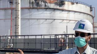 شرکت آرامکو تأیید کرد که سقف یک مخزن نفت توسط موشک حوثیها سوراخ شده است