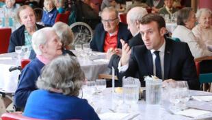 Президент Макрон на встрече с жителями дома престарелых Péan в XIII округе Парижа. 06.03.2020