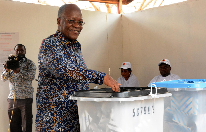 Le président tanzanien John Magufuli vote lors du scrutin du 28 octobre.