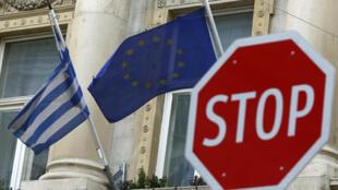 Les drapeaux grec et de l'UE flottant devant l'ambassade de Grèce en Autriche, à Vienne, le 25 février 2016.