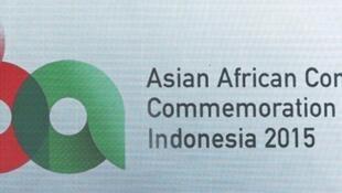 Le président indonésien, Joko Widodo (au centre avec une cravate rouge), accueille ses partenaires lors de l'ouverture du sommet Asie-Afrique à Djakarta, le 21 avril 2015.