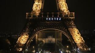"""Lời kêu gọi """"Hãy ở nhà - Restez chez vous"""" để chặn đứng đà lây lan của dịch Covid-19 được phát đi mỗi đêm từ Tháp Eiffel Paris."""