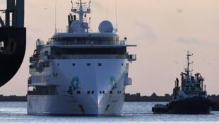 El crucero australiano Greg Mortimer llega al puerto de Montevideo para evacuar a pasajeros australianos y neozelandeses con COVID-19, el 10 de abril de 2020