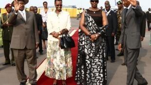 Rais wa Uganda Yoweri Museveni (kushoto) na mke wake Jeannette Museveni na Paul Kagame (kulia), Rais wa Rwanda na mke wake Jeannette Kagame katika uwanja wa ndege wa Kigali tarehe 29 Julai 2011.
