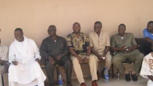 Devant le bureau du juge d'instruction, de gauche à droite, Ngaro Ahidjo, gouverneur du Salamat, Routouang Yoma Golom, un des avocats de la défense, Gali Ngoté et le général Weidding.